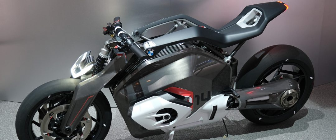 BMW zeigt E-Motorrad Vision DC Roadster (Bilder & Video