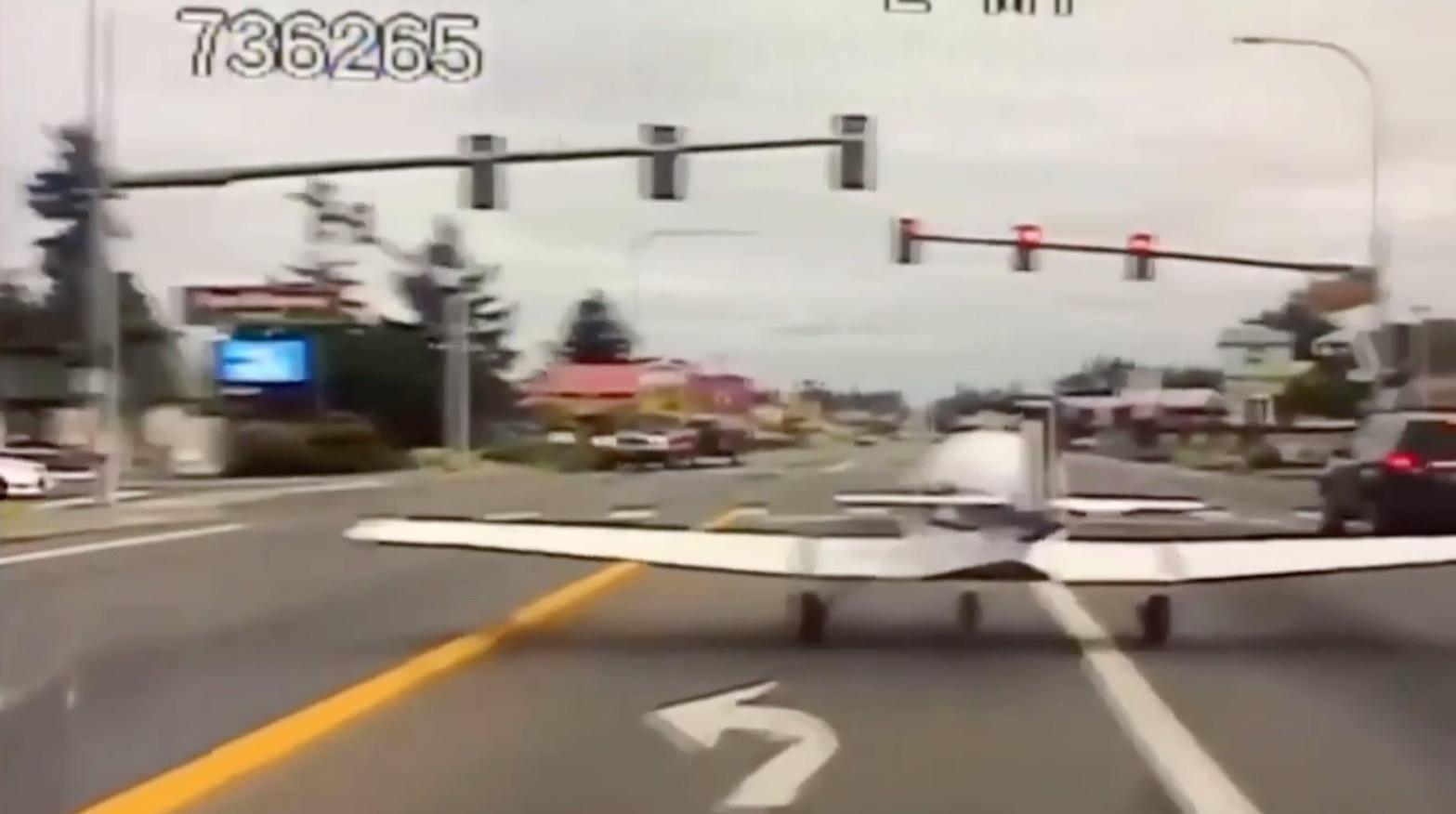 Atterraggio di emergenza su strada statale: si ferma al semaforo rosso!