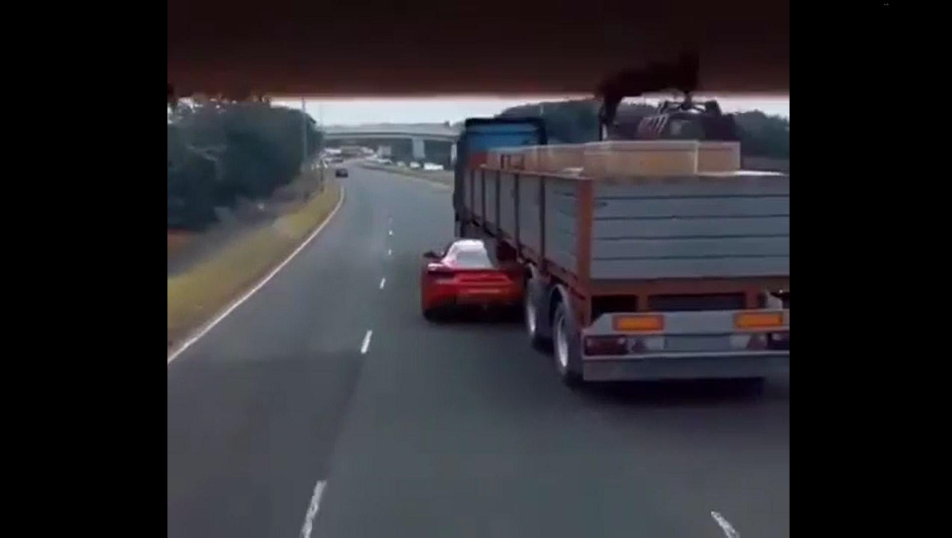 Il video della Ferrari che passa sotto un camion durante un inseguimento