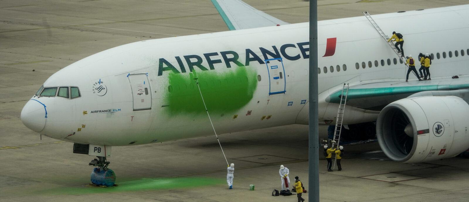 Il video dell'irruzione di Greenpeace all'aeroporto di Parigi per dipingere un aereo di verde
