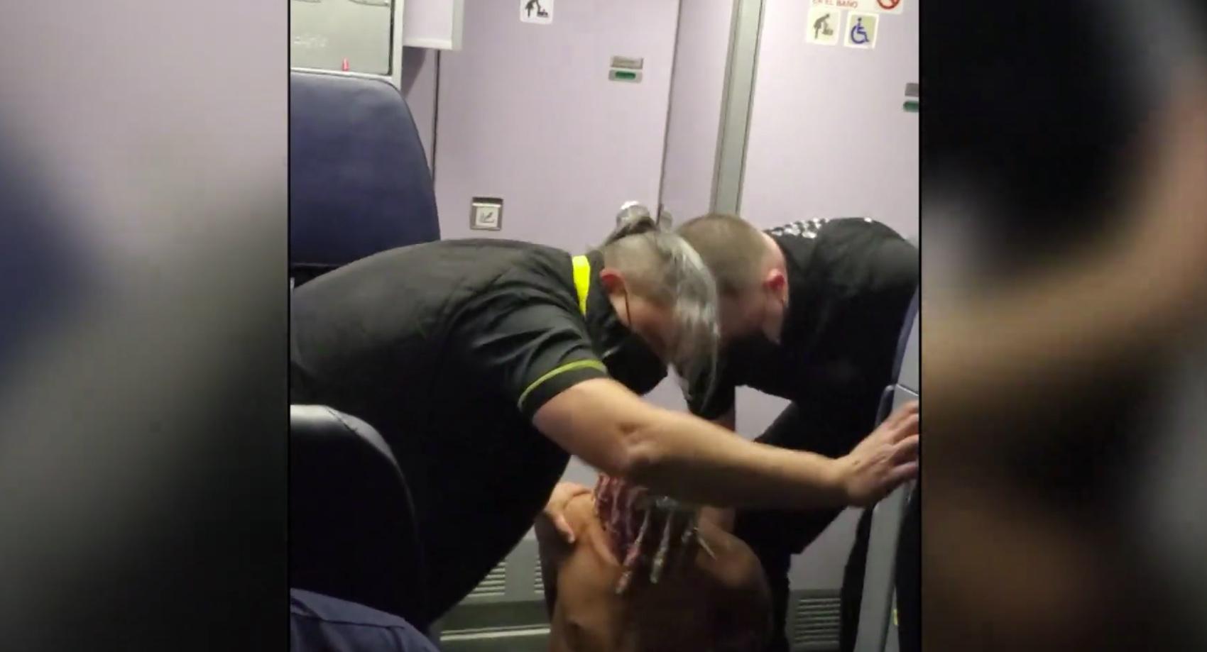 Tenta di aprire la porta dell'aereo in volo: bloccato in tempo.