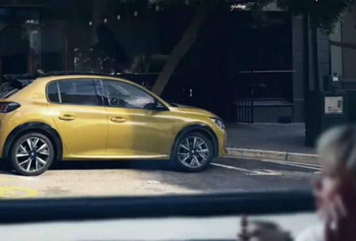 Nuova Peugeot 208 2019 gialla fiancata