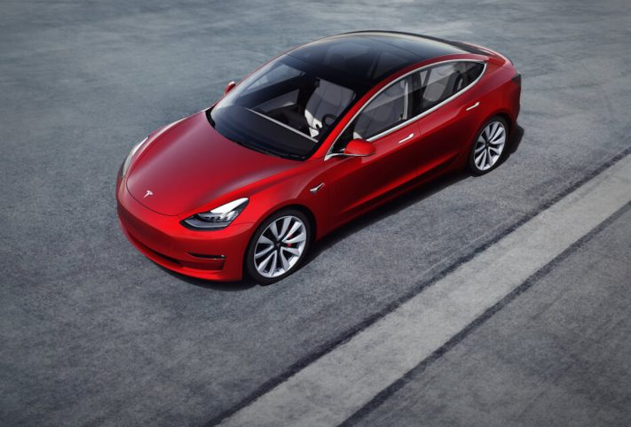 Tesla model 3 auto rossa tetto in vetro