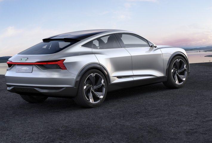 Audi etron, vista di tre quarti posteriore