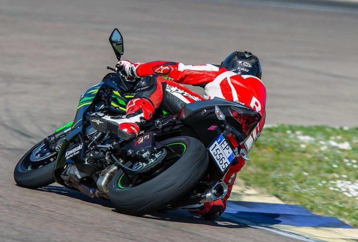 Kawasaki Ninja ZX6R in pista curva piega vista posteriore moto verde prova 2019