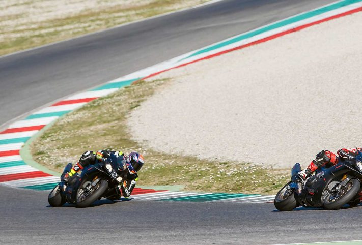 Aprilia RSV4 1100 Factory moto piega curva cordolo pista